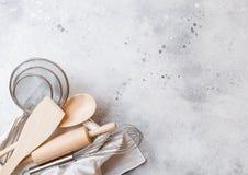 Boîte d'ustensiles de cuisson Battez, maille et spatule dans la boîte en bois de vintage Vue supérieure L'espace pour le texte image libre de droits