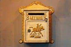 Boîte de boîte aux lettres ou de lettre Belle boîte aux lettres de cru sur un mur de briques de cru image stock