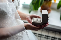 Boîte de bague de fiançailles dans des mains de jeune mariée Plan rapproché des paumes de femme tenant des bijoux Photo libre de droits