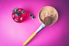 Boîte de beauté, poudre avec une brosse brune de petit somme pour le maquillage, parfum rose et boucles d'oreille sur un fond Con photos stock