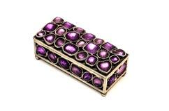 Boîte de bijou avec les gemmes pourpres D'isolement sur un fond blanc Images libres de droits