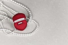 Boîte de bijou de luxe avec la bague à diamant Photo stock