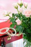 Boîte de bijou rouge et roses roses Images stock