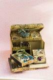 Boîte de bijoux d'or Photographie stock libre de droits