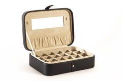 Boîte de bijoux en cuir noire avec le couvercle ouvert Photo libre de droits