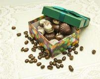 Boîte de blanc et chocolat au lait en cadeau Photos libres de droits