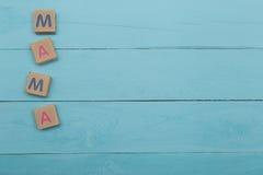 Boîte de briques avec la mère de mot sur le fond bleu Photo libre de droits