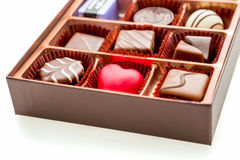Boîte de Brown de chocolat avec des chocolats assortis Images libres de droits