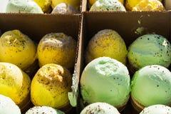 Boîte de cônes jaunes et verts de glace-crème Images libres de droits