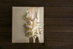 Boîte de cadeau… mais… symbole ? sur le papier jaune de câble… dans la boîte en bois Photo libre de droits