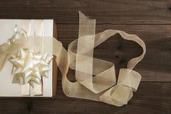 Boîte de cadeau… mais… symbole ? sur le papier jaune de câble… dans la boîte en bois Image stock
