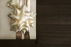 Boîte de cadeau… mais… symbole ? sur le papier jaune de câble… dans la boîte en bois Photos libres de droits