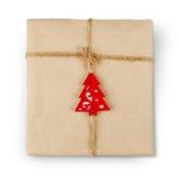 Boîte de cadeau en papier de métier d'isolement sur le blanc Photographie stock libre de droits