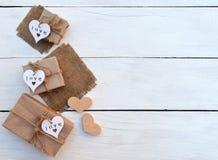 Boîte de cadeau sur le fond en bois Papier cadeau d'emballage et ficelle de rubans Photos stock