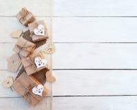 Boîte de cadeau sur le fond en bois Papier cadeau d'emballage et ficelle de rubans Image stock