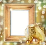 Boîte de cadeaux avec des boules de Noël d'isolement sur le blanc Photos stock