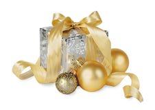 Boîte de cadeaux avec des boules de Noël d'isolement sur le blanc Photographie stock libre de droits