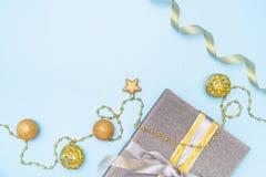 Boîte de cadeaux ou boîte de présents avec l'étoile et boule sur le fond bleu pour la cérémonie d'anniversaire, de Noël ou de mar photo stock