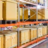 Boîte de cargaison sur le système en acier d'étagère dans l'entrepôt images libres de droits