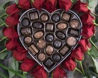 Boîte de chocolats et de roses rouges Photographie stock