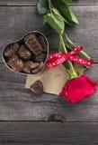 Boîte de chocolats, rose de rouge sur un fond foncé Photo stock