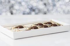 Boîte de chocolats sur le fond brouillé Images libres de droits