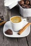 Boîte de chocolats, tasse de café sur un fond en bois Image stock