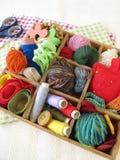 Boîte de collection avec des approvisionnements de métier pour la couture Image stock