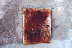 Boîte de contrôle électrique rouillée sur le mur épluché Photos libres de droits