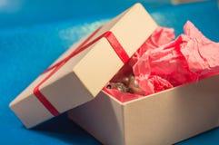 Boîte de couleur claire avec le document actuel rose Photo stock
