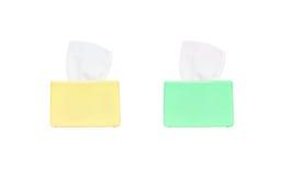 Boîte de couleur de plan rapproché de papier hygiénique avec du papier hygiénique blanc d'isolement sur le fond blanc avec le che Photographie stock