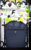 Boîte de courrier avec les lettres colorées Photo libre de droits