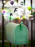 Boîte de courrier avec les lettres colorées photos libres de droits