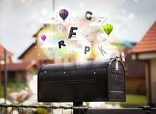 Boîte de courrier avec les lettres colorées Photographie stock