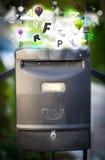 Boîte de courrier avec les lettres colorées photos stock
