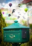 Boîte de courrier avec les lettres colorées images stock