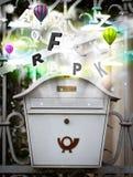 Boîte de courrier avec les lettres colorées images libres de droits