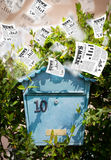 Boîte de courrier avec voler de quotidiens Photos libres de droits