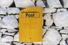 Boîte de courrier Boîte jaune en île de Mykonos, Grèce Photos libres de droits