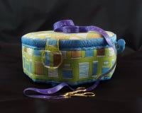 Boîte de couture avec la bande et les ciseaux de mesure Photo libre de droits