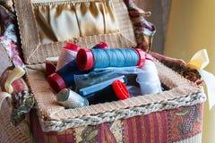 Boîte de couture de textile Open avec des aiguilles et des fils Images libres de droits