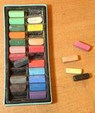 Boîte de craies en pastel sur la table Photographie stock libre de droits