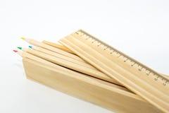 Boîte de crayons colorés en bois d'isolement sur le fond blanc photos stock
