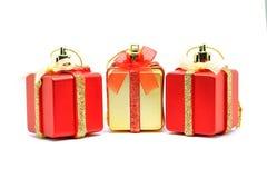 Boîte de décorations de Noël sur le fond blanc Images libres de droits