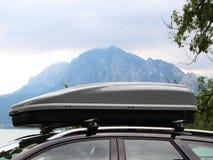 Boîte de dessus de toit de voiture avec la montagne et lac à l'arrière-plan photographie stock