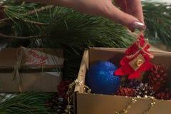 Boîte de fête avec la décoration sur Noël Image stock