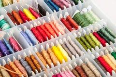 Boîte de fil coloré de broderie Photographie stock