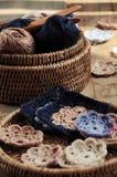 Boîte de fil et de fleurs à crochet Images stock