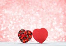 Boîte de forme de coeur avec les roses rouges à l'intérieur sur le dessus de table en bois blanc à Photos libres de droits