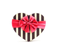Boîte de forme de coeur avec le ruban rouge pour le jour de valentines Photos stock